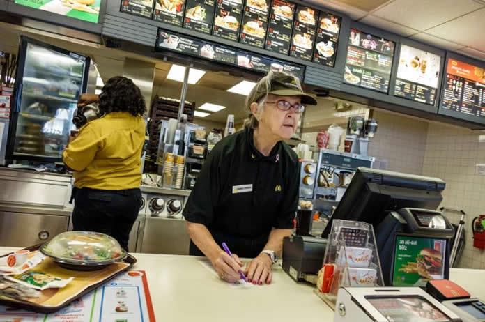 redes de fast food apelam para idosos nos EUA